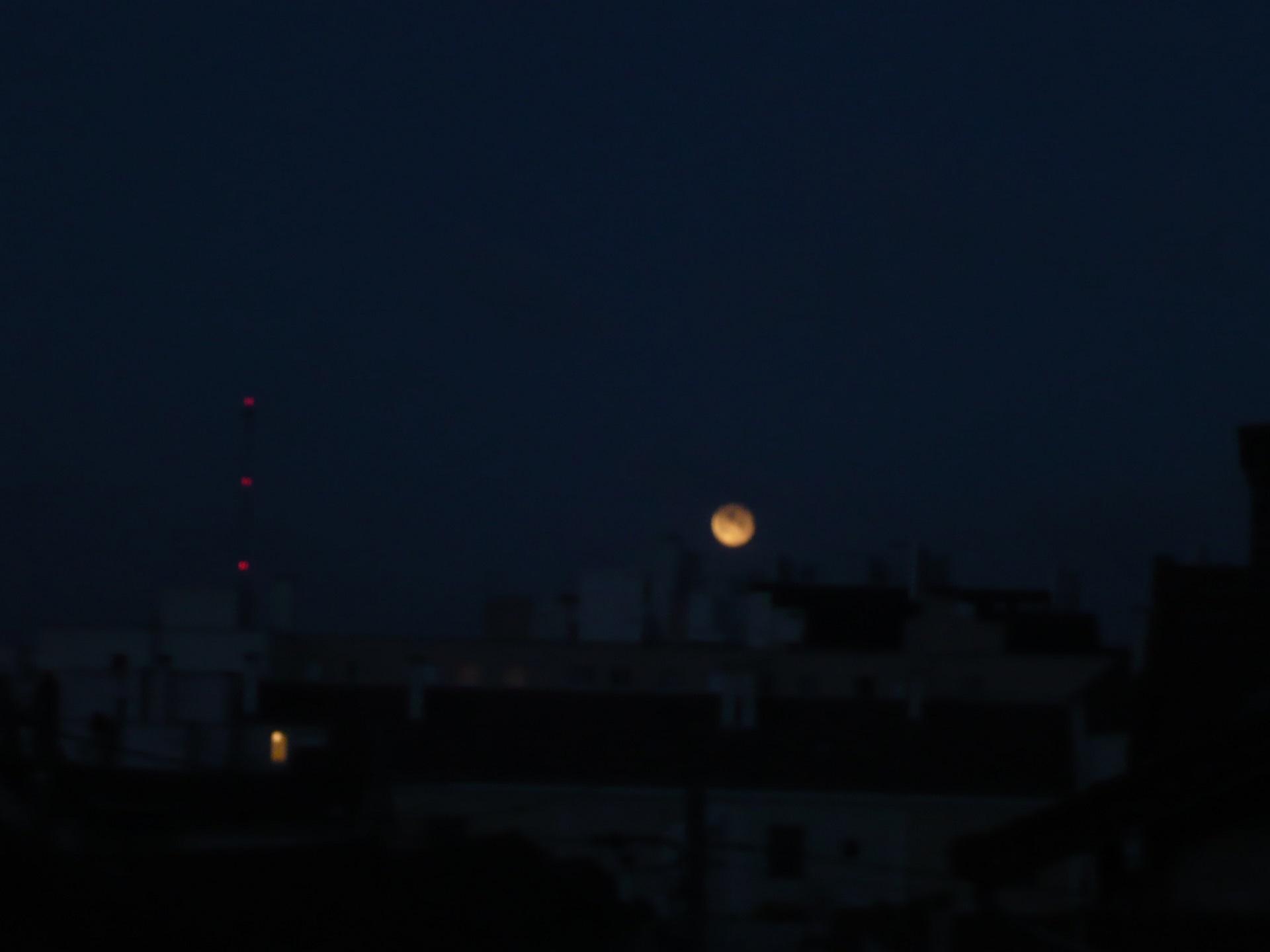 La lune au ras des toits à Houilles