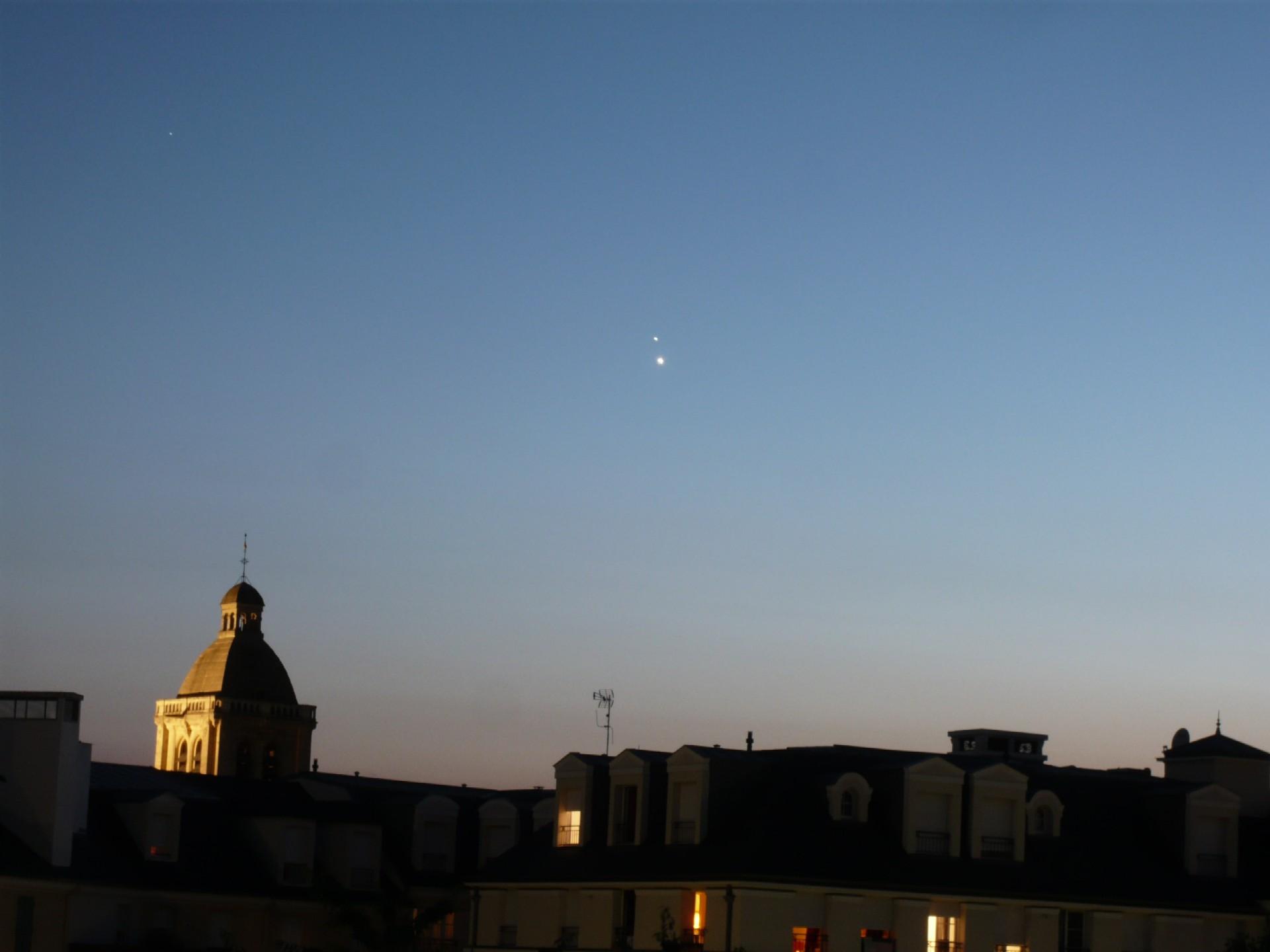 Le clocher de Saint-Nicolas dépasse encore des toits
